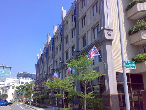 大樓萬國旗施工照